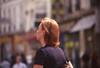 005  Rue Dauphine, vrouw loopt en kijkt in de lucht