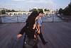 012  Pont des Arts, twee wandelaars en de Pont Neuf