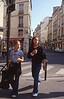 006  Rue Dauphine, twee meisjes lopen en kijken naar rechts