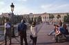 011  Pont des Arts, wandelaars op brug en Louvre
