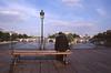 014  Pont des Arts, man op bankje en Pont Neuf