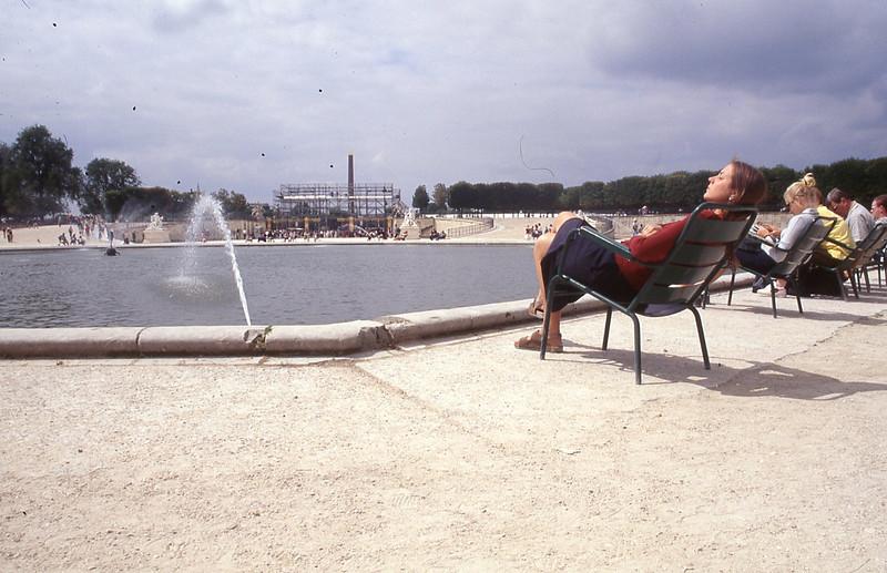 001  Tuilerieën, zonnende vrouw en kleine fontein