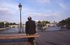 013  Pont des Arts, man op bankje en Pont Neuf