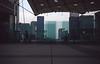 003  Axe Historique Paris - La Défense, groen glas onder Arche de la Défense