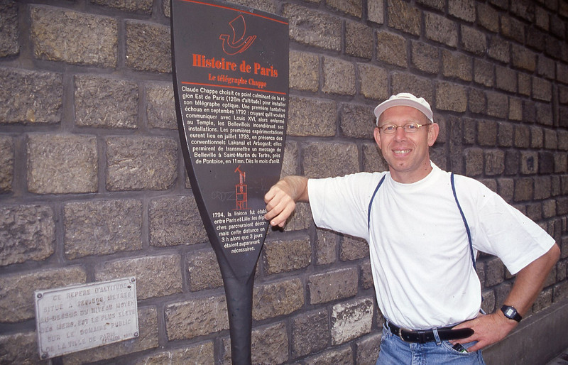 002  Paris - Rue du Telegraphe, Ferrij poseert bij het hoogste punt van de stad