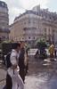 011  Paris - Rue Beaubourg, wandelaars bij ingang metrostation