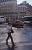 009  Paris - Rue Beaubourg, vrouw steekt over op natte straat
