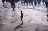 010  Paris - Parc André Citroën, meisje staat op fonteintje