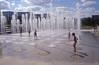 009  Paris - Parc André Citroën, spelende kinderen bij fonteintjes