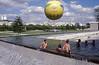 014  Paris - Parc André Citroën, luchtballon met kinderen zwemmend in fonteinbassin