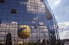 012  Paris - Parc André Citroën, gele luchtballon in spiegeling kantoorgebouw