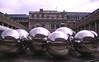 023  Paris - Palais Royal, spiegelende bollen op binnenplaats