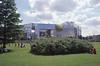 007  Paris - Parc André Citroën, spiegelgebouwen met een grasveld
