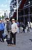 340  Paris - Man met hoed bij Centre Pompidou
