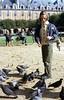 337  Paris - Meisje voert duiven op Place des Vosges