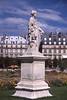 003  Tuilerieën, beeld van vrouw op sokkel