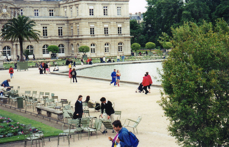 Wonder-Woman (yellow top, red belt, blue pants, red boots) doing laps around the pond at Jardin du Luxembourg. Have to go all the way to Paris to meet Wonder-Woman. I think she still lives there. I'm not sure.