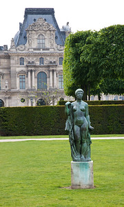 Outside the Louvre this statue disrobes