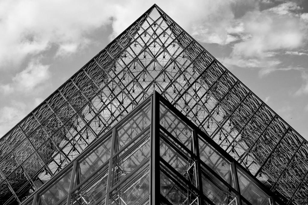 Pyramide du Louvre (BW)