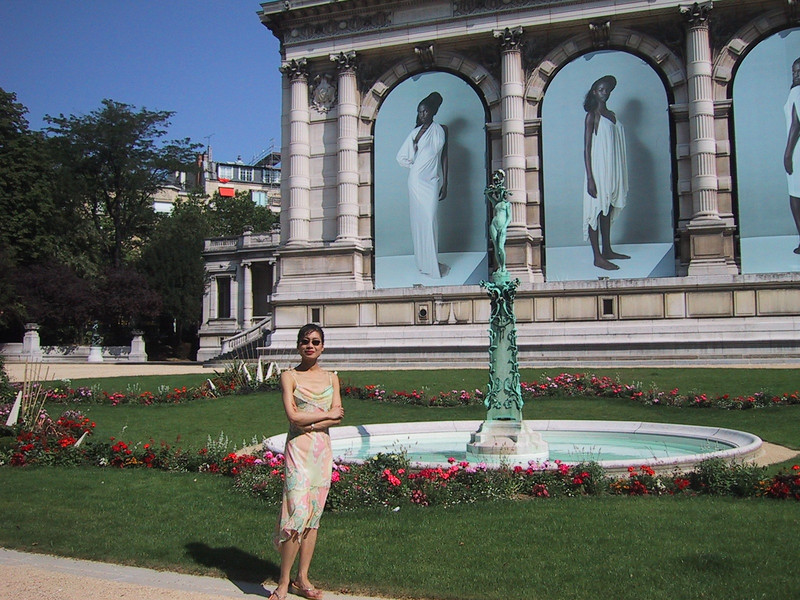 Rosa in front of the Fashion Museum