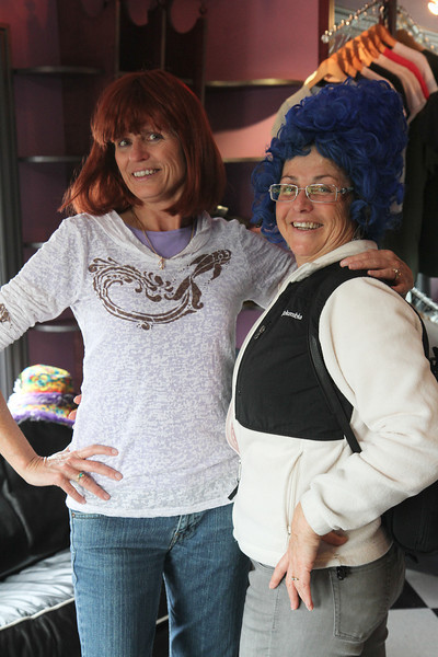 Same place, different wigs.  Doesn't Mary look great as Marge Simpson?  Aaaahhhh!