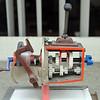 Lehrmodell Getriebe im Schaufenster einer Fahrschule