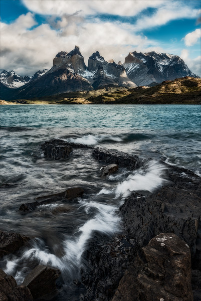 Lago Pehoe, Los Cuernos and Altamirante peaks, late morning