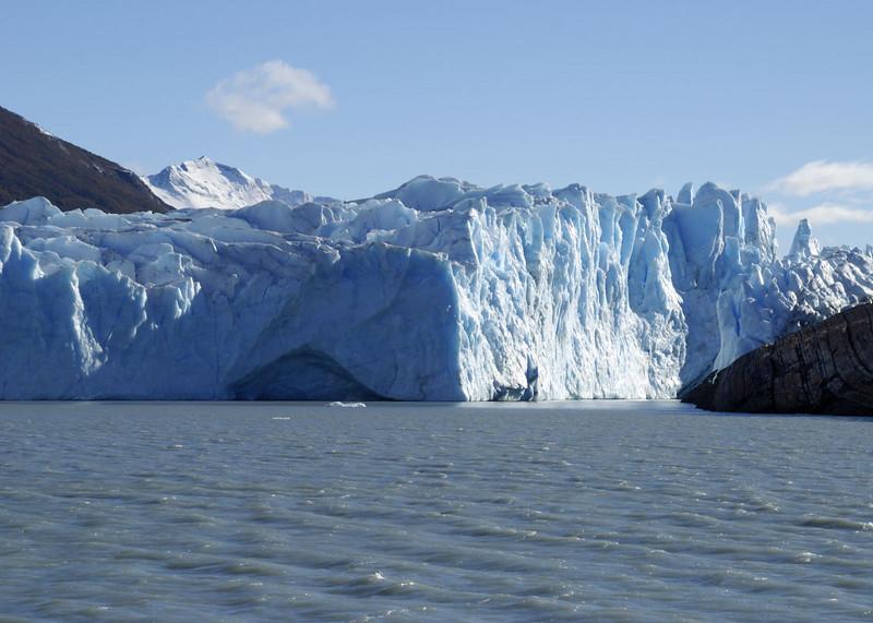 Glacier Moreno, approaching the 'bridge' in a boat