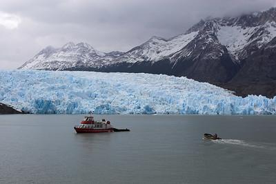 Glaciar Grey flows into the Lago Grey
