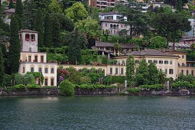 2 pères + 2 fils = 4 motos au Tessin lors du week-end de l'Ascension 2015.  Vendredi 15 mai 2015, le temps est à la pluie à Lugano.