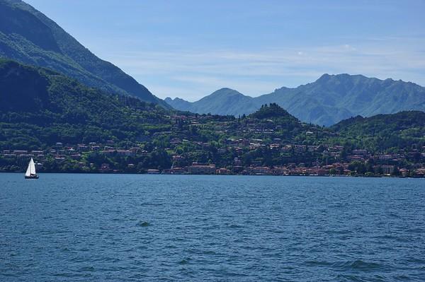 2 pères + 2 fils = 4 motos au Tessin lors du week-end de l'Ascension 2015  Samedi 16 mai, le soleil est de retour pour notre virée autour des lacs de Lugano et de Côme. Traversée en bac entre Varenna et Menaggio
