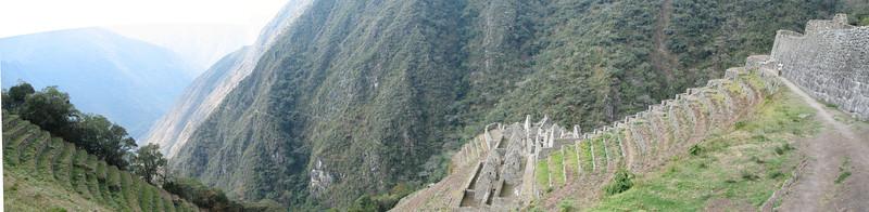 Wider view of Wiñay Wayna ruins