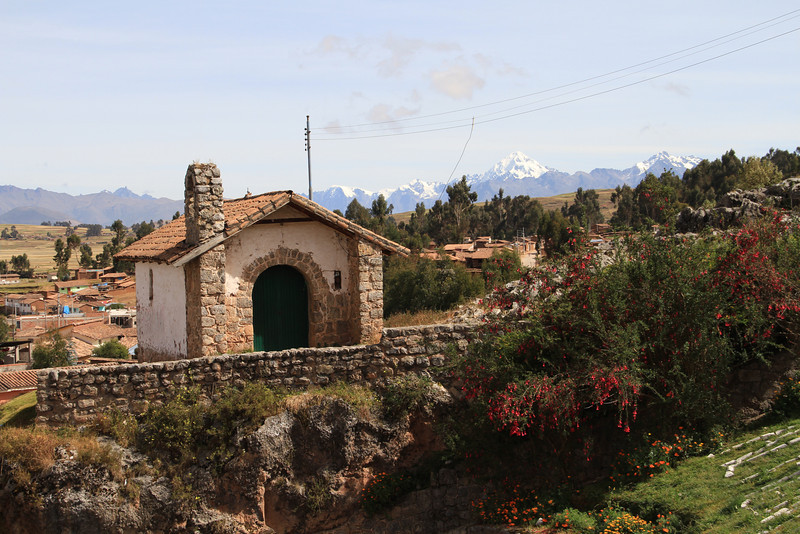 "A small building in Chinchero connecting to the Andean ridgeline - I'm pretty sure that the peak is Nevado Veronica, the highest peak in the ""Cordillera Urubamba"", the moutains around the Valle Sagrado."