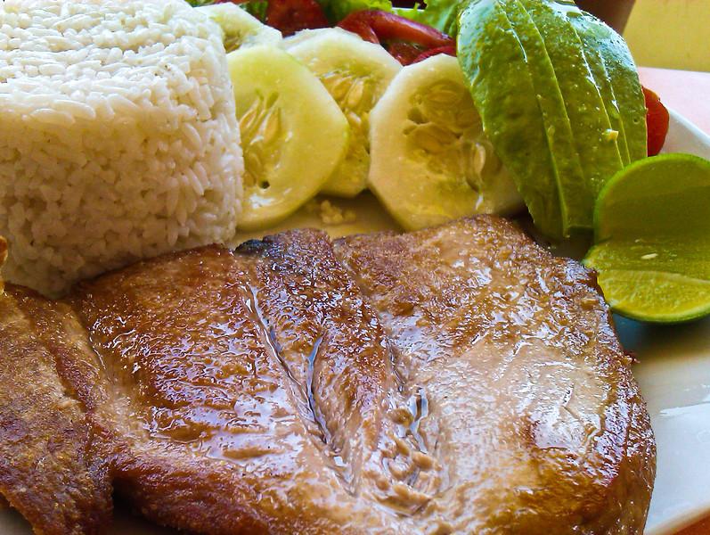 Tuno a la plancha (15 S/. - 3,9 €) - Restaurante Mucho Gusto - Los Órganos - Talara - Piura<br /> <br /> Grilled tuna fish (15 S/. - 5,5 $ - 3,9 €) - Restaurante Mucho Gusto - Los Órganos - Talara - Piura<br /> <br /> Gegrilde tonijn (15 S/. ofte 3,9 €) - Restaurante Mucho Gusto - Los Órganos - Talara - Piura<br /> <br /> Thon grillé (15 S/. - 3,9 €) - Restaurante Mucho Gusto - Los Órganos - Talara - Piura