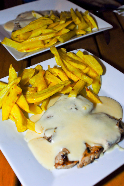 Giant sea bass in garlic sauce with chips @ Restaurante La Esquina in Huanchaco<br /> <br /> Corvina al ajo con papas fritas en Restaurante La Esquina en Huanchaco<br /> <br /> Zeebaars in looksaus met frieten in Restaurante La Esquina in Huanchaco<br /> <br /> Maigre à la sauce à l'ail avec frites au Restaurante La Esquina à Huanchaco
