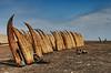 Caballitos de totora zijn eenmans bootjes vervaardigd uit riet die gebruikt worden door plaatselijke vissers om gedurende een zestal uur per dag op zee te vissen. <br /> 's Namiddags staan die te rusten in de zon om 's anderendaags opnieuw gebruikt te worden. <br /> <br /> Strand - Pimentel - Lambayeque - Perú