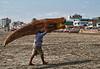 Die zijn dagtaak zit erop voor vandaag.<br /> En zeg nu eens, wie kan zijn visboot meenemen naar huis? En dan nog op zijn schouders. <br /> <br /> Strand van Pimentel - Chiclayo - Lambayeque - Peru