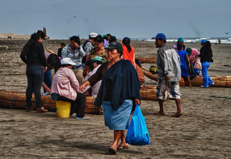 Mij moet je niet vragen wie de broek draagt thuis, alvast niet in het gezin van de vrouw met haar blauwe plastiekzak. <br /> <br /> Strand van Pimentel - Chiclayo - Lambayeque - Peru
