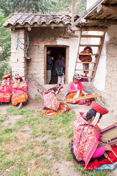 Willoc 4663<br /> Ladies weaving in front of their homes.