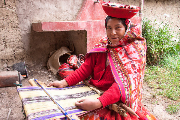 Willoc 4654<br /> Lady weaving at her home in Willoc.