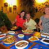 Mi primita Perli con Hugo y Natti mostrando ya casi toda la comida lista!!! YUM!