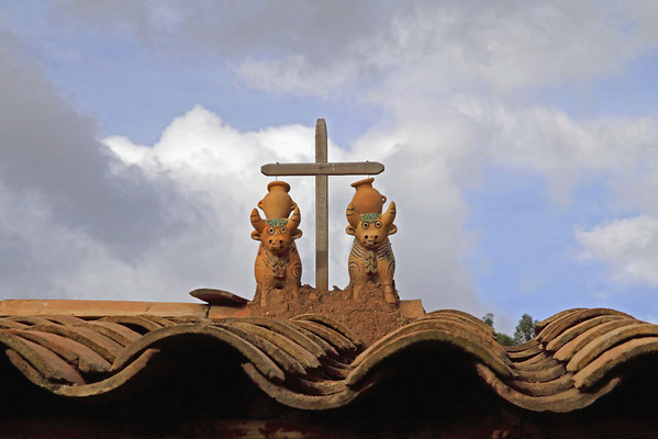 Chinchero 4110<br /> Bulls and a cross on the roof of a weaving factory in Chinchero.