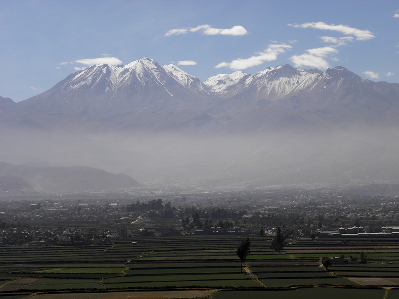 Vista de Arequipa con los volcanes Chachani (6.075 m.) y Misti (5.821 m.)