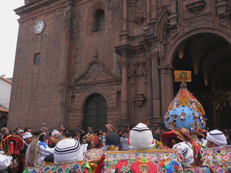 Procesión con la Pachamama saliendo de la catedral