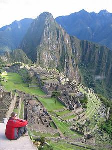 Genietend van de zonsopkomst bij Machu Picchu. Peru.
