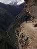En el descenso hacia la población de Yanama, la roca está escabada para hacer el paso.