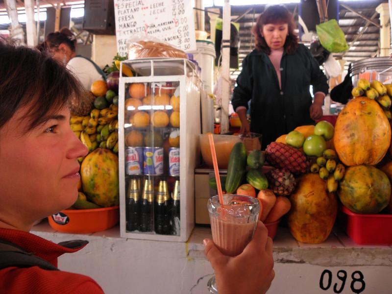 Paradas de zumos naturales hechos al instante. Muy típico en los mercados municipales peruanos