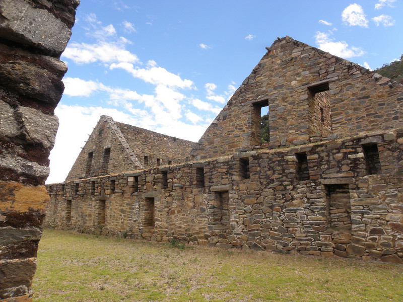"""Choquequirao son las ruinas de una ciudad Inca situada a 4 días a pie en la selva desde Machu Pichu (sur del Perú). <br /> Choquequirao es conocida como la """"hermana sagrada"""" de Machu Picchu por la semejanza estructural y arquitectónica con esta. Recientemente, estando parcialmente excavada, ha despertado el interés del gobierno peruano por recuperar aún más el complejo y convertirlo en una alternativa más accesible para los turistas interesados en conocer más acerca de la cultura Inca."""