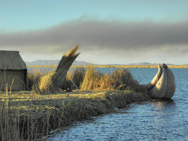Una isla flotante en las islas Uros (Lago Titicaca). Construidas a base de Totora plantas tipo caña que crecen en el mismo lago.