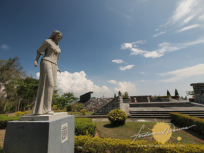 Filipina Women Statue